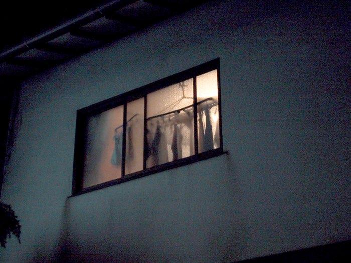 ombres à travers une fenêtre dépolie