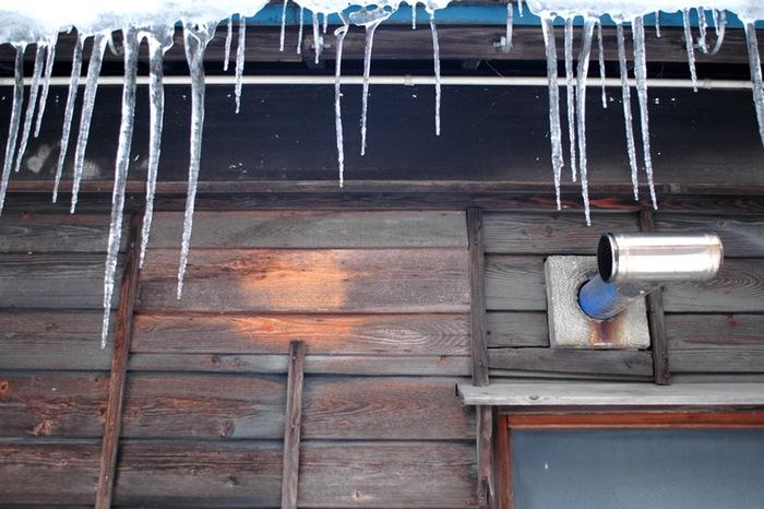 stalagtites sur mur de bois