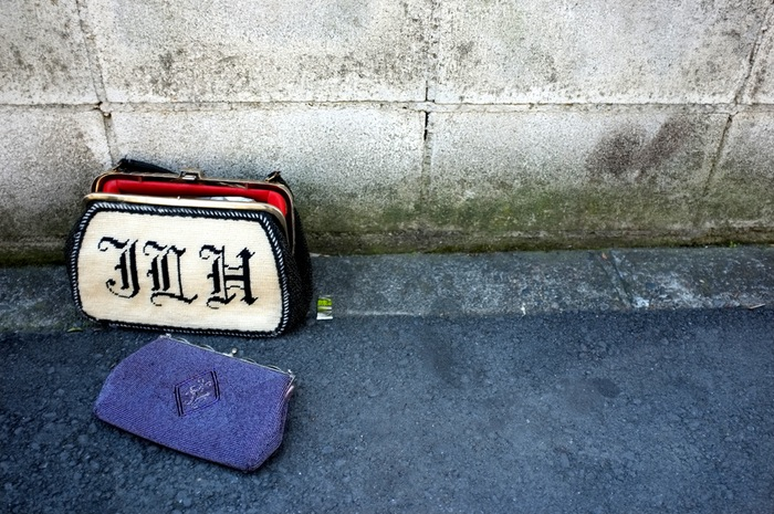 Un porte monnaie et un sac à main abandonnés