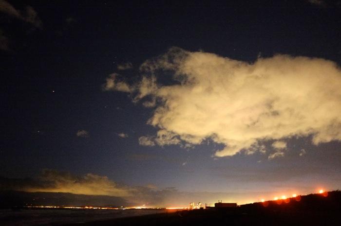 plage et littoral la nuit avec quelques nuages