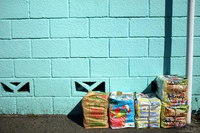 4 paquets en face d'un mur