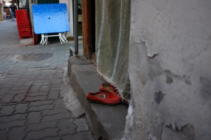 Chaussures à l'entrée d'une maison