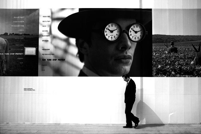 Homme devant une affiche