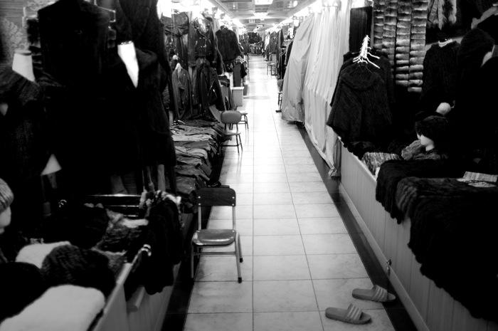 Couloir étroit avec boutique de vêtements