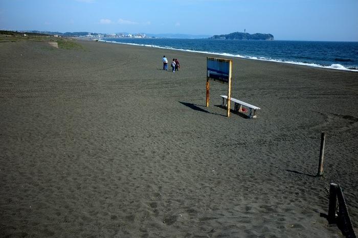 banc sur la plage et île dans le fond