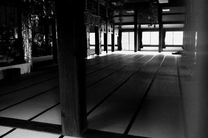 un homme assis à l'intérieur d'un temple