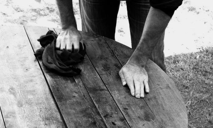 Mains posées sur une table en bois