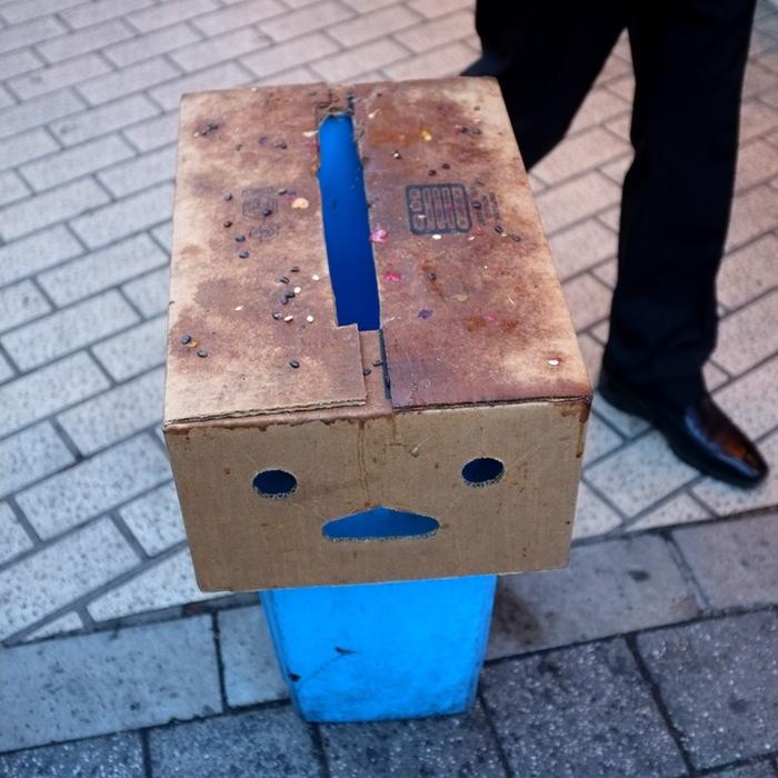 carton et boîte ressemblant à un visage