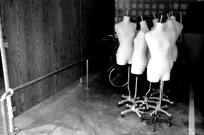 Mannequins en groupe dans un garage