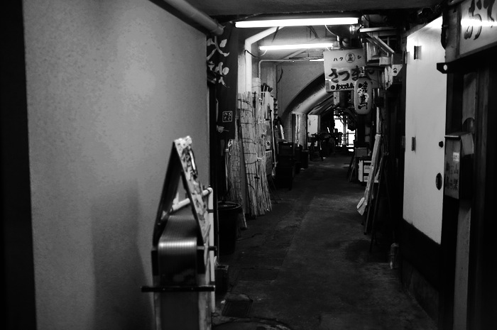 Couloir et enseigne de restaurants