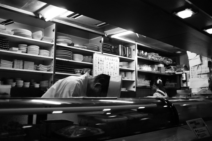 chef penché derrière son comptoir