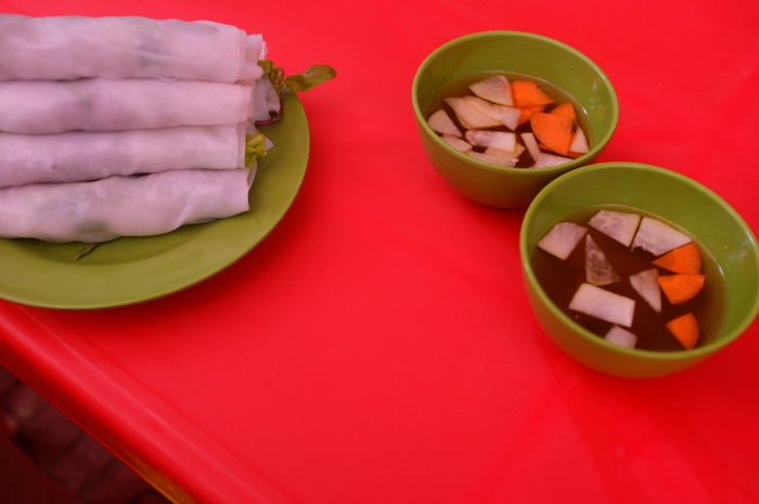 Galettes de riz et bols sur une table rouge