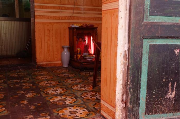 carrelage et autel dans une entrée de maison