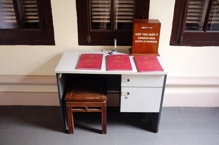 Bureau avec trois cahiers rouges