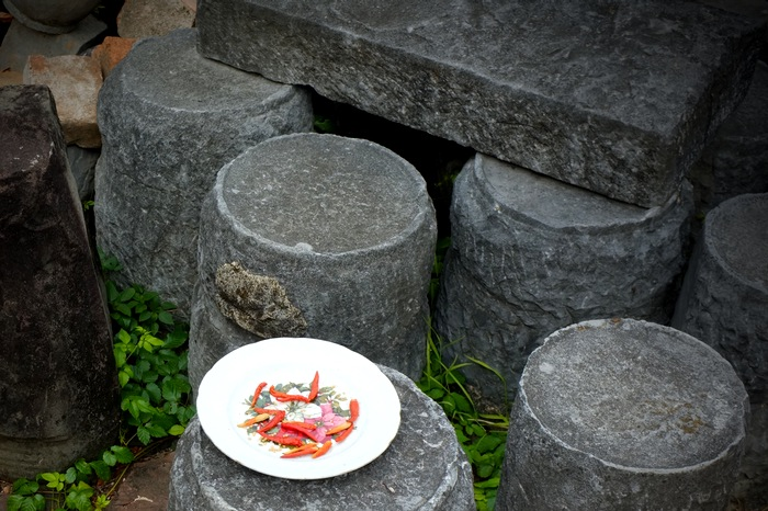 Piments dans une assiette sur des pierres