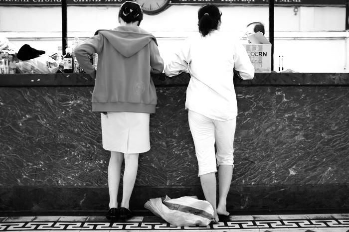 2 femmes en conversation à un comptoir
