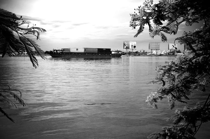 barge à conteneurs sur une rivière