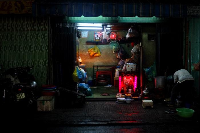 femme nettoyant devant sa boutique