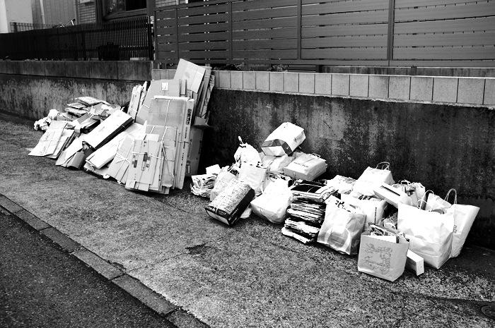 Déchets accumulés dans la rue