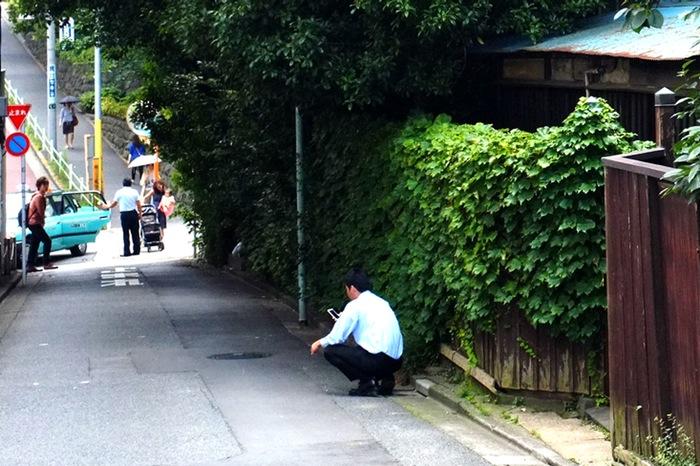 Homme accroupi dans la rue