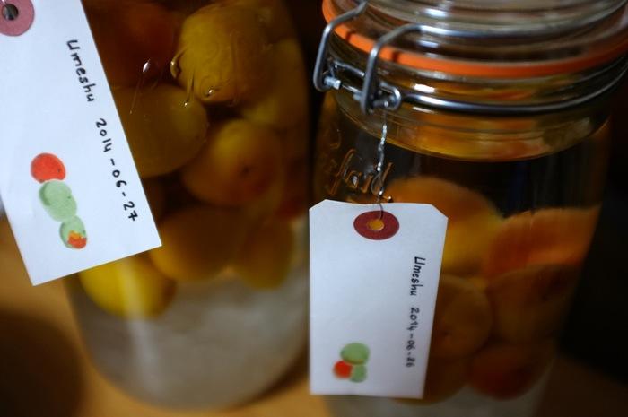 deux pots en verre avec étiquettes