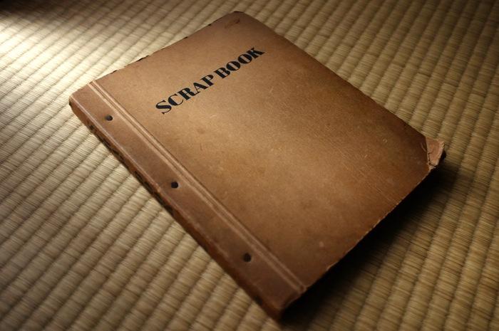 livre de collage sur un tatami