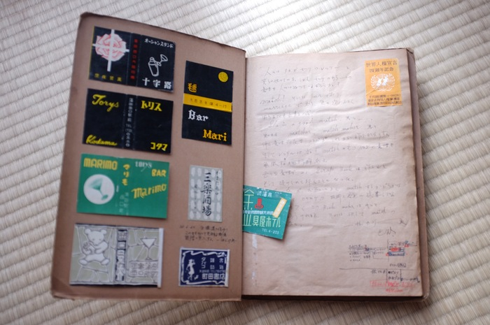 papiers collés dans un carnet et écriture