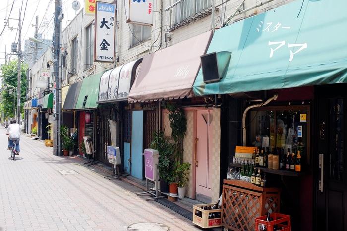 Bars dans une rue