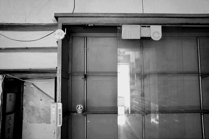 Daruman sur étagères vides
