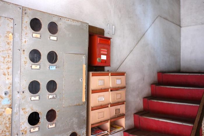 Boîtes aux lettres dans une entrée d'immeuble