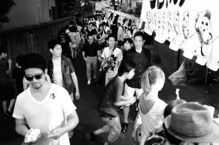 Groupes de personnes dans la rue