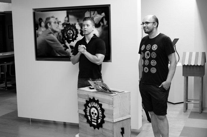 Deux hommes, un podium et un écran