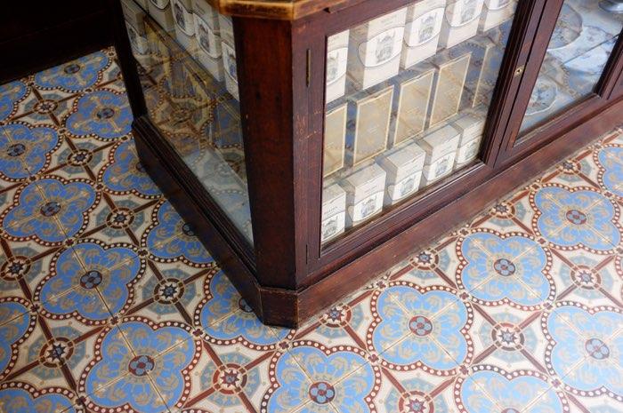 Meuble vitré et carreaux de céramiques