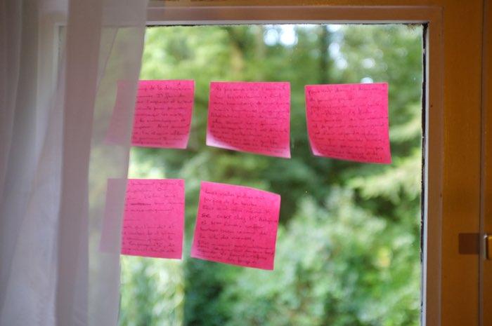 Notes de papier collés sur une fenêtre