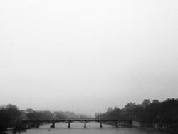 Brouillard sur rivière et ville