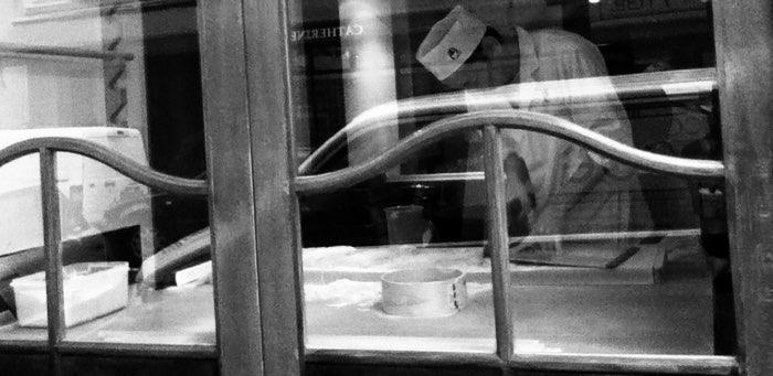 Cuistot derrière une fenêtre