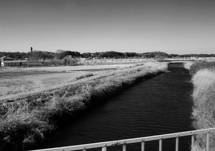 Rivière et champs sec
