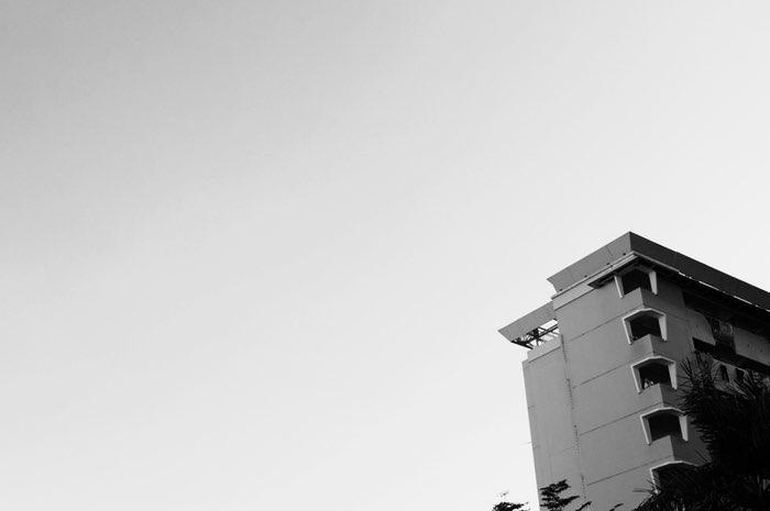 Femme au balcon d'un immeuble