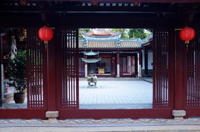 Porte et cour d'un temple