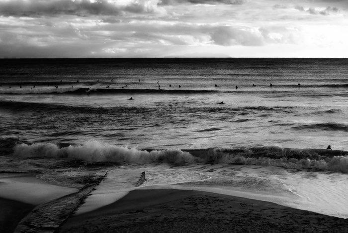 Surfeurs dans les vagues