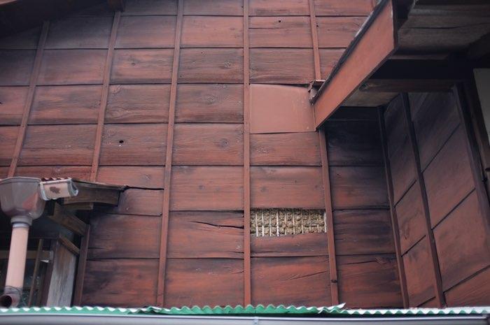 Essantage en bois laissant apparaître du torchis