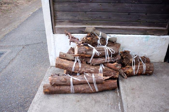 tas de bois coupés et ficelés