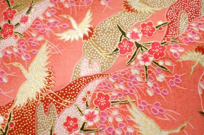 motifs de floraison et d'échassiers sur tissu