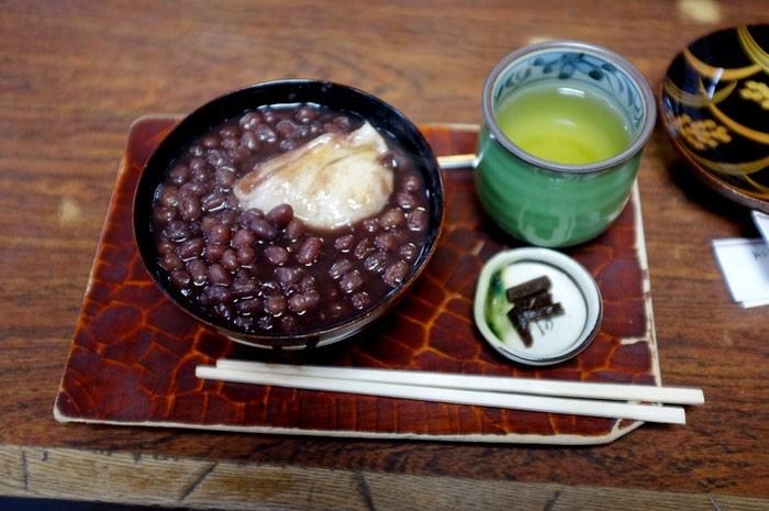 Thé et bol de haricots rouges