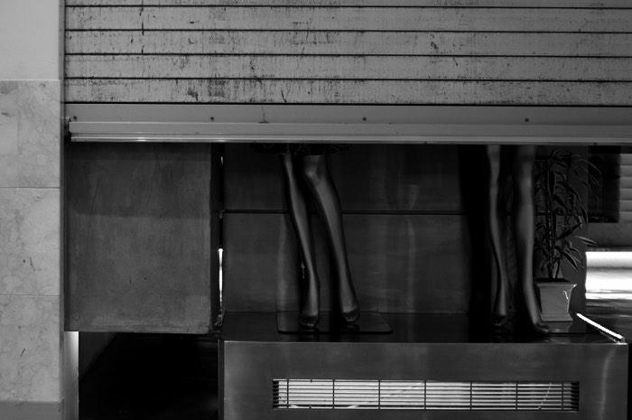 Rideaux de fer et jambes de mannequin