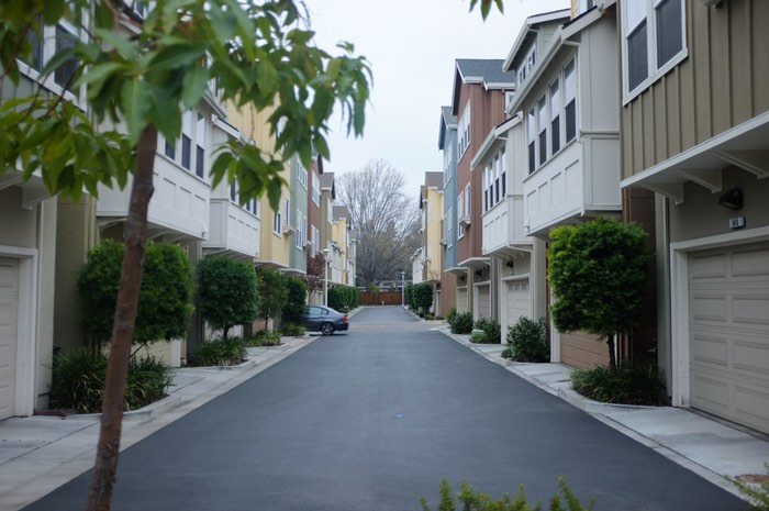 Ruelles entre condominiums et garage