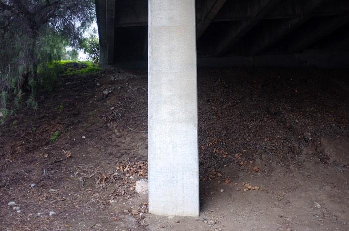 Terre sèche sous un pont de béton