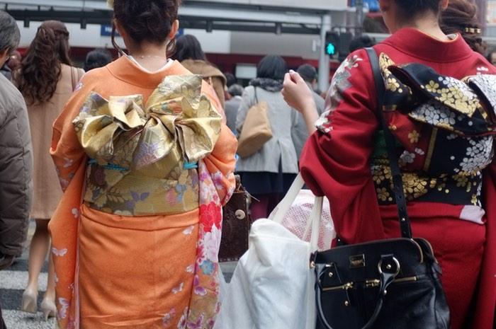Deux femmes en kimono dans la foule
