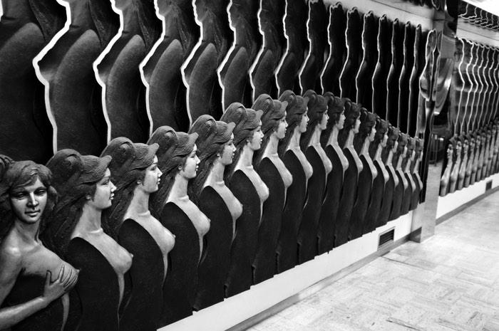 Statue de femmes sur un mur