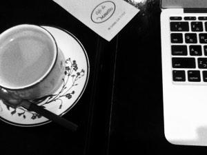 tasse de café et ordinateur